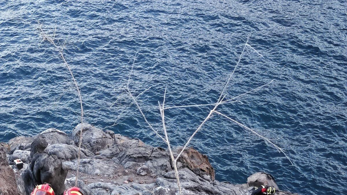 Los bomberos rescatan a un pescador en Tenerife.