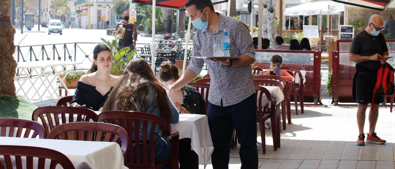 Clientes en un restaurante del puerto de Ibiza. J. A. Riera