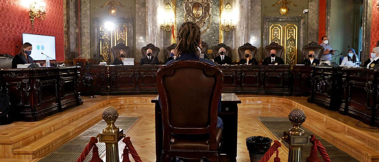 El diputado Alberto Rodríguez sentado ayer en el banquillo de la Sala de lo Penal del Tribunal Supremo.     EFE/J.J. GUILLÉN POOL