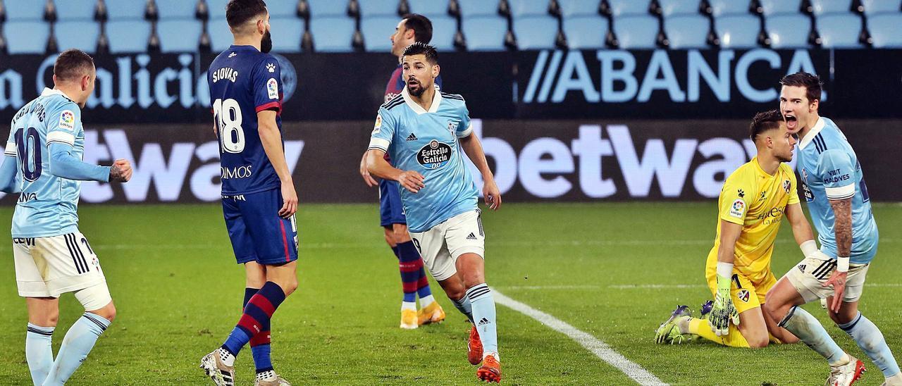 Aspas, Nolito y Mina celebran un gol del sanluqueño al Huesca en Balaídos. |  // MARTA G. BREA