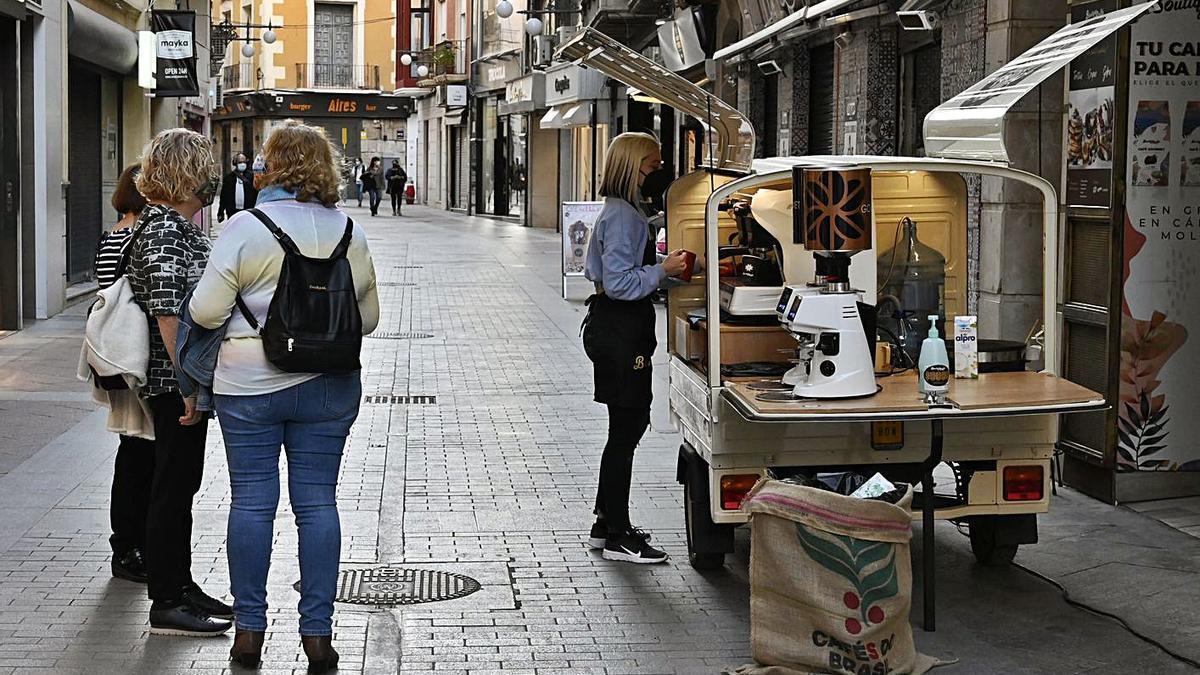 Clientes en una céntrica calle de Elche.