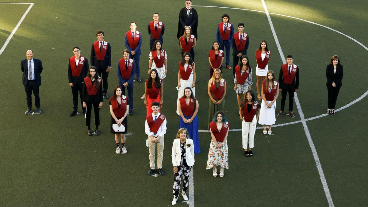 Los alumnos de la primera promoción de O Castro British School, acompañados de María del Carmen Vázquez, fundadora del centro, durante el acto de graduación celebrado este viernes.