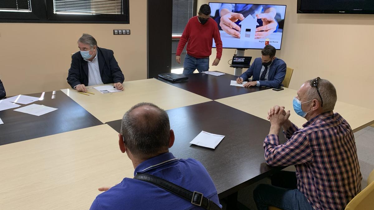 El director general de Vivienda, José Francisco Lajara, en la firma de una de las escrituras de las viviendas destinadas a la erradicación del chabolismo en los municipios de Murcia y Alcantarilla.