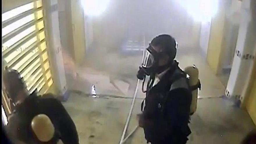 Funcionarios de la cárcel de Villena rescatan a un preso herido tras incendiar su celda