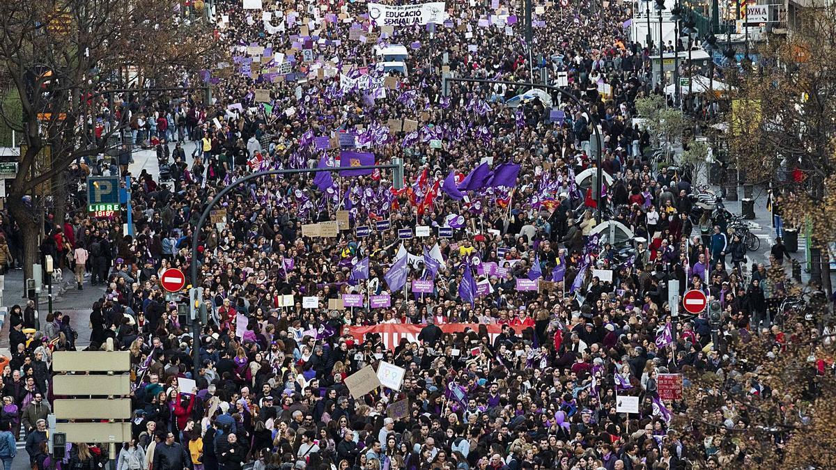 Multitudinaria marcha feminista del 8M, el año pasado en València.  g.caballero