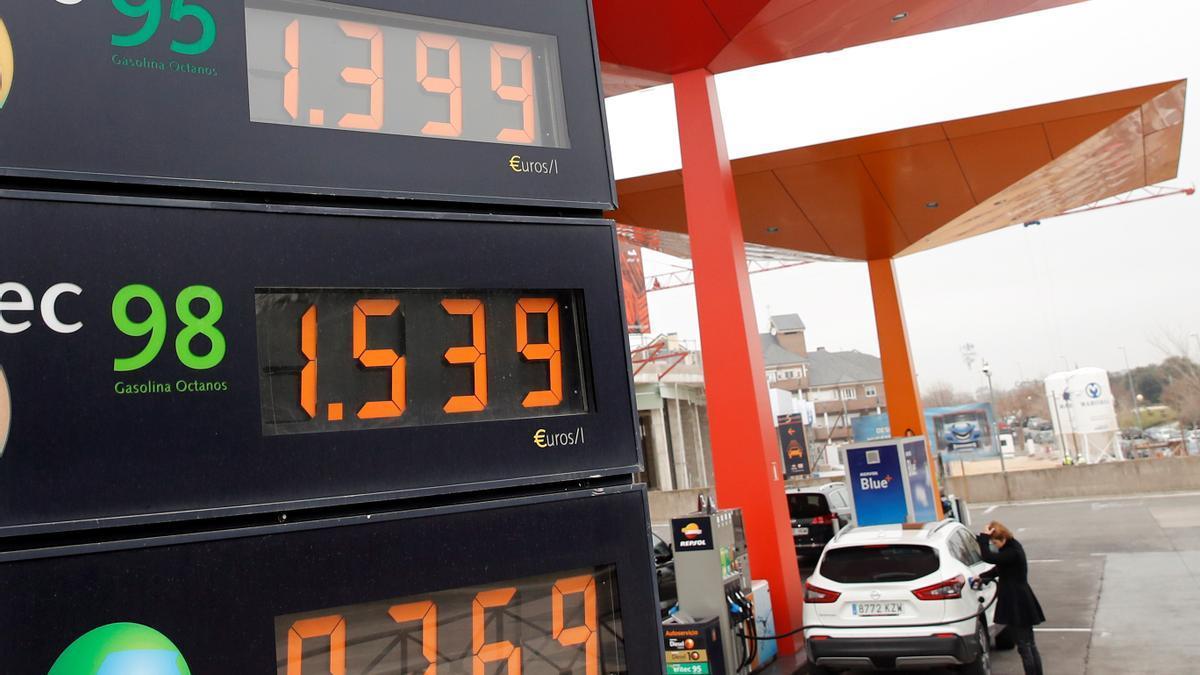 Precio de los carburantes en una gasolinera de Madrid