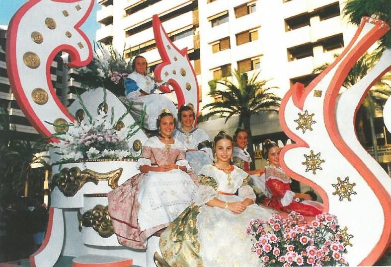 Candidatas para 1996. Por entonces, con todas elegidas en la Feria de Julio, ya era una costumbre instaurada la de participar en la Baralla de Flores. En primer término, la futura fallera mayor infantil, Lucía Andrés.