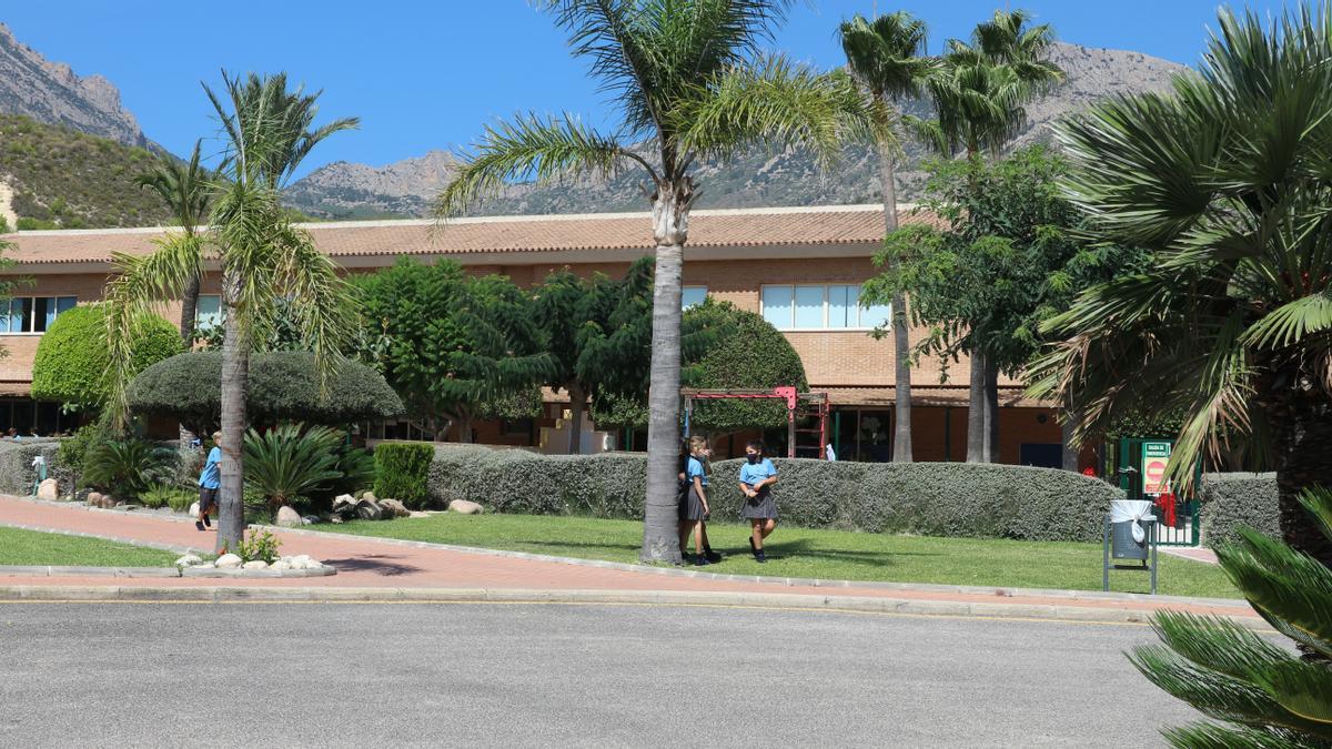 El centro, que abarca desde Infantil hasta Bachillerato, cuenta con unas excelentes instalaciones y colabora con la academia Tenis Ferrer.