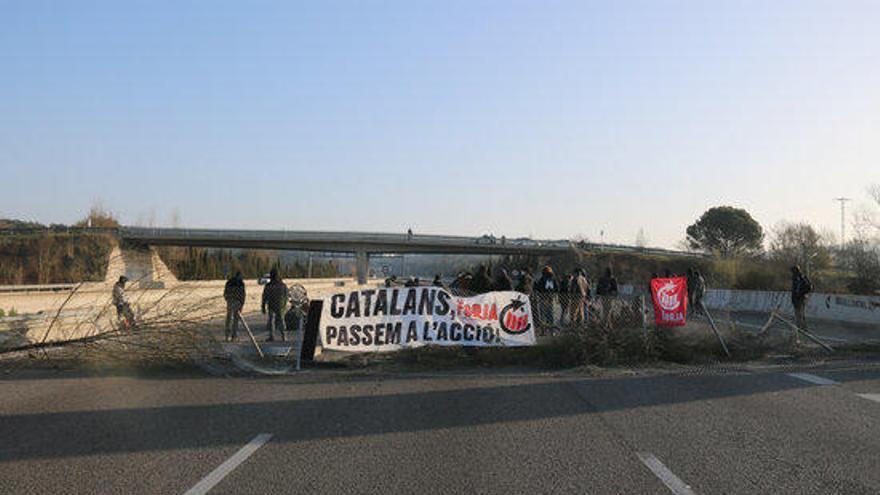 EN FOTOS | Els Mossos desallotgen els manifestants que tallaven l'AP-7 a Girona