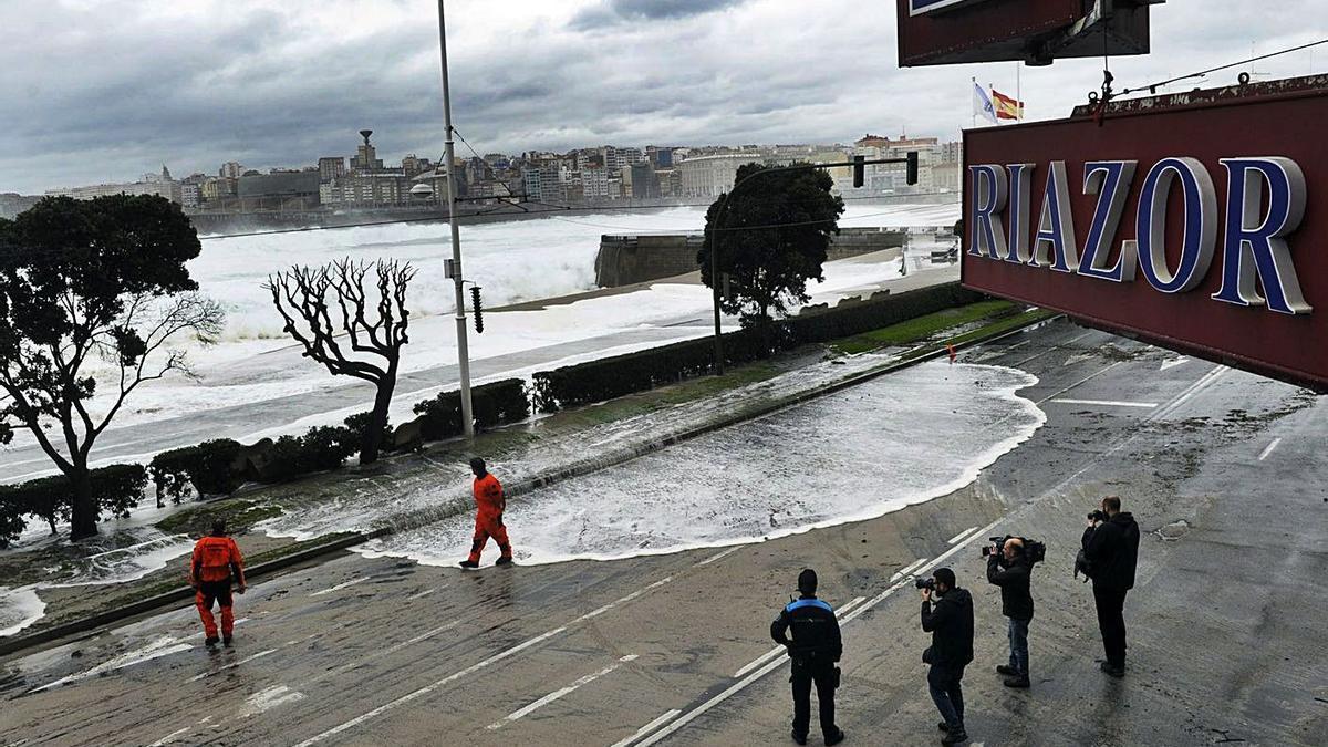 El mar entra en el paseo de marítimo de Riazor en 2016. |   // CARLOS PARDELLAS