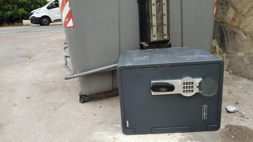 Tiran una caja fuerte fuera de los contenedores de basura en Xàbia