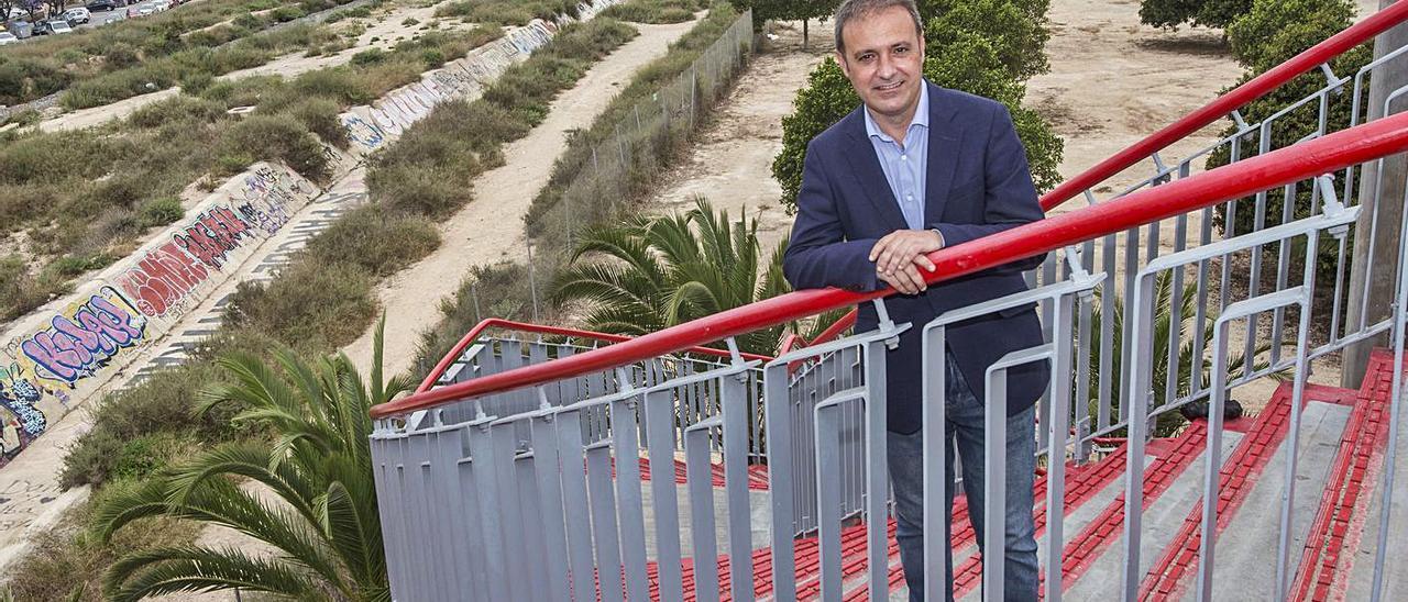 El portavoz de Compromís, Natxo Bellido, en el entorno del futuro Parque Central de Alicante.    PILAR CORTÉS