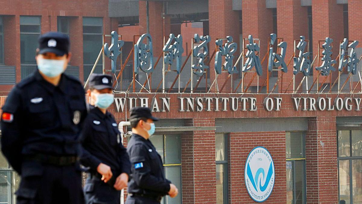 Personal de seguretat vigila l'exterior de l'Institut de Virologia de Wuhan. | REUTERS