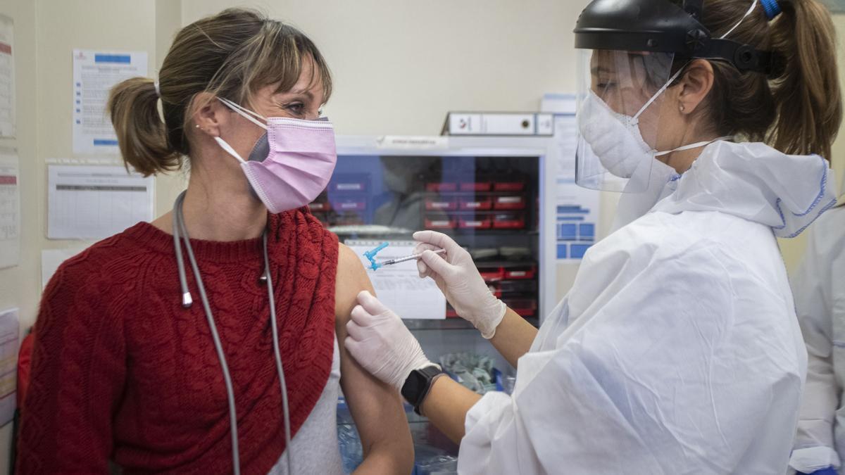 Vacunació d'una dona en una mútua a València.