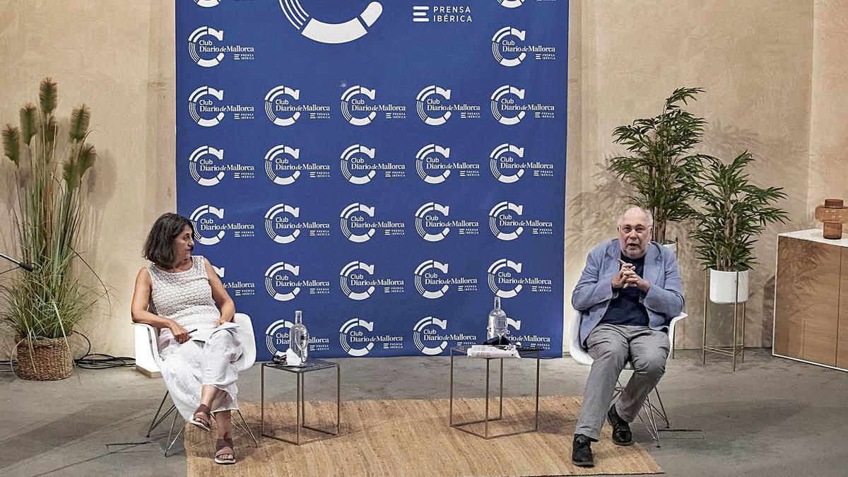 Marisa Goñi y Ernesto Ekaizer charlaron en el Club  sobre la polémica situación del rey emérito.