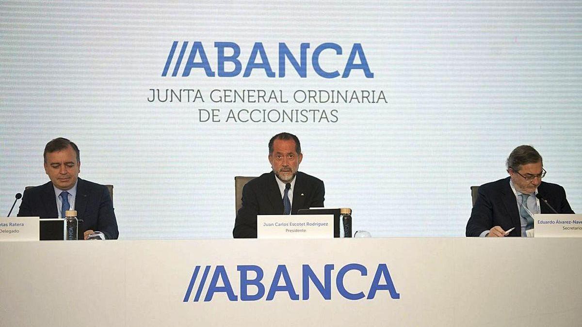 Juan Carlos Escotet (centro) y Francisco Botas (izquierda) en la junta de accionistas de Abanca.