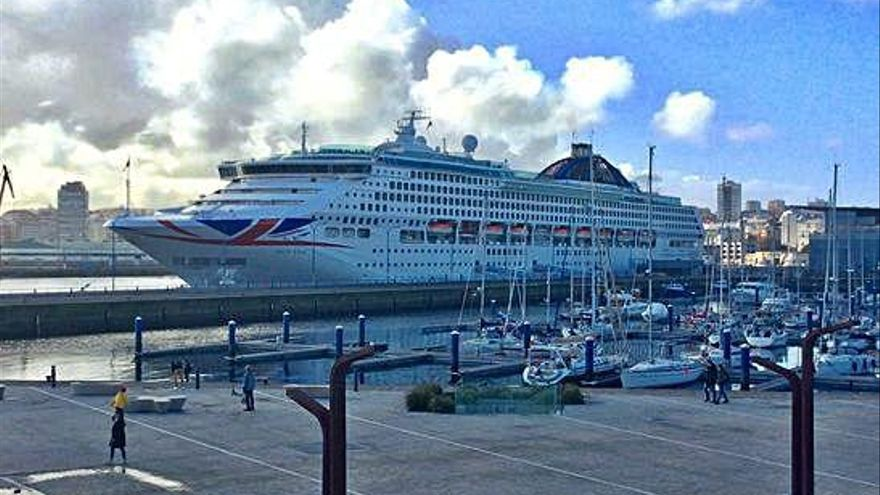 El buque 'Oceana' se convierte en el primer crucero que atraca en A Coruña en 2020