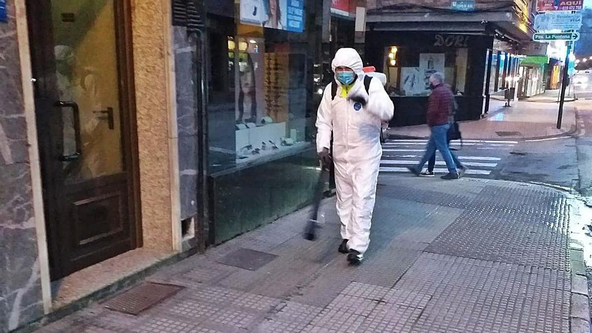 Tareas de desinfección en Pola de Laviana, ayer por la mañana.