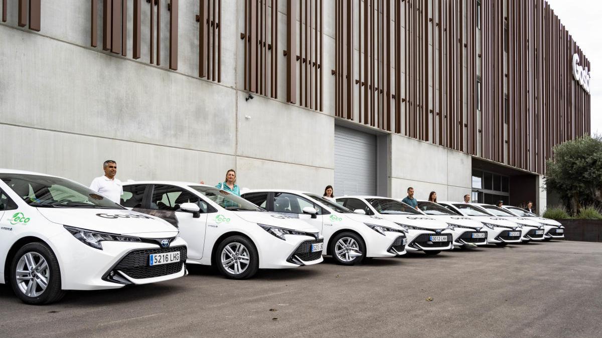 La nova flota de vehicles Toyota davant l'empresa Gosbi.