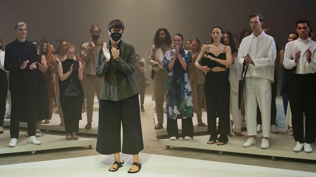 Tiziana Domínguez, al terminar el desfile,  con los modelos de la nueva colección.     // BRAIS LORENZO