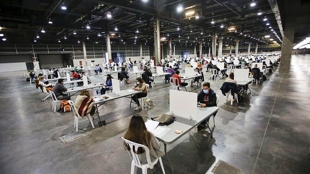 Los aspirantes, preparando su intervención, ayer en los pabellones de Feria València.  | EDUARDO RIPOLL