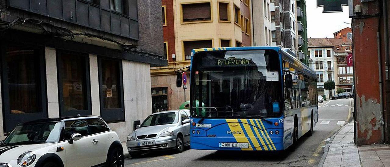 Un autobús urbano a su paso por Sama.