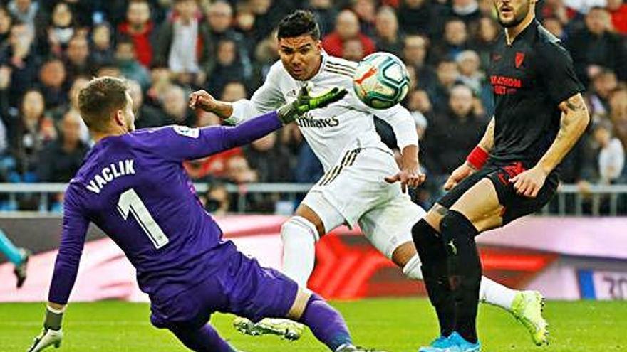 El Madrid guanya el Sevilla amb una decisió arbitral polèmica
