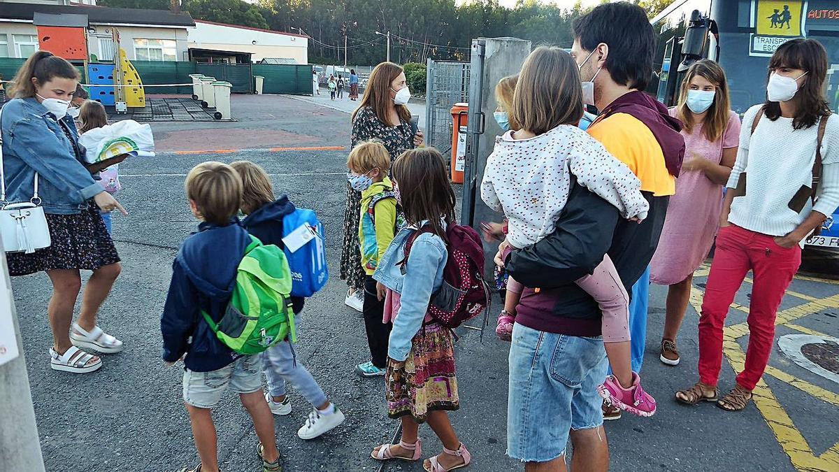 Niños en el primer día de colegio de este curso, el pasado septiembre en A Rabadeira. |   // I.R.