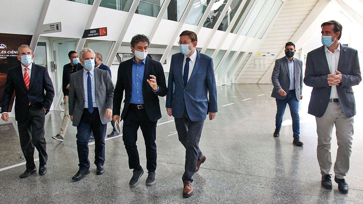 Puig y Colomer, ayer,  durante la presentación del Bono viaje.  levante-emv