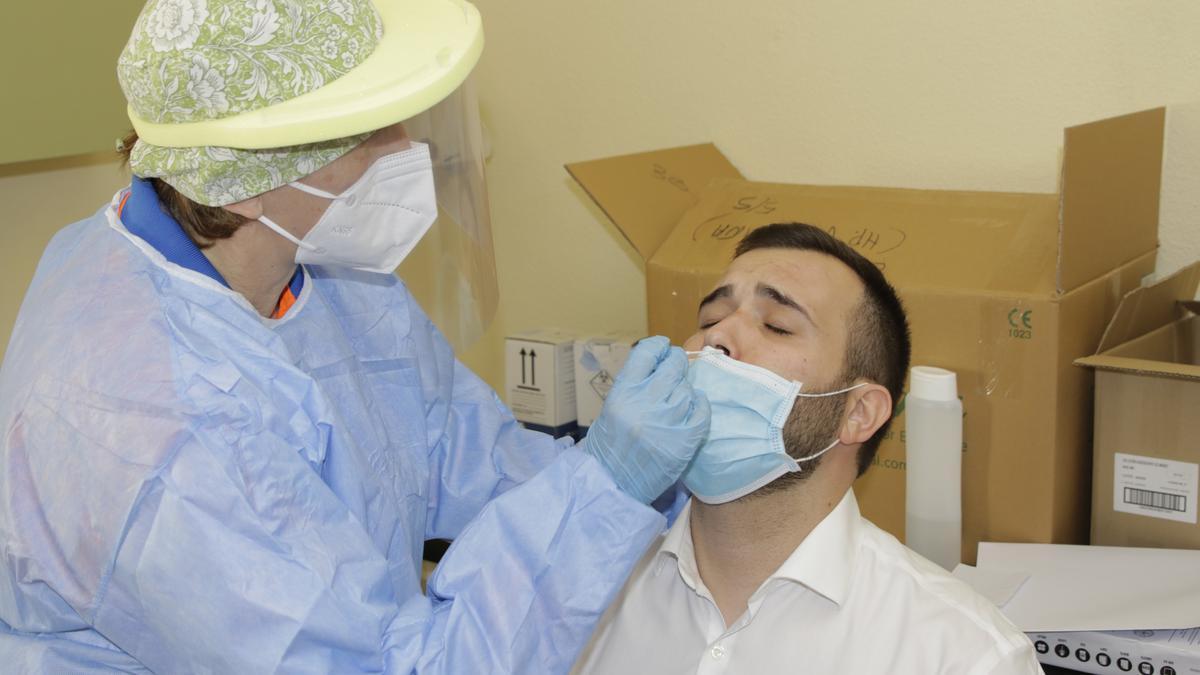 El alcalde, Luis Salaya, ayer mientras se somete a un test de antígenos en el PAC del Virgen de la Montaña.
