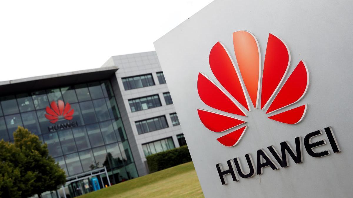 El logo de Huawei se muestra fuera del edificio de su sede en Reading.