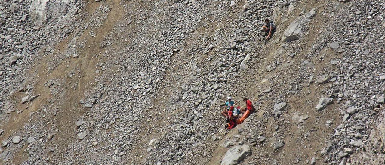 El equipo de rescatadores de Bomberos del Sepa, durante el operativo, ayer, en los Picos de Europa en Cangas de Onís.
