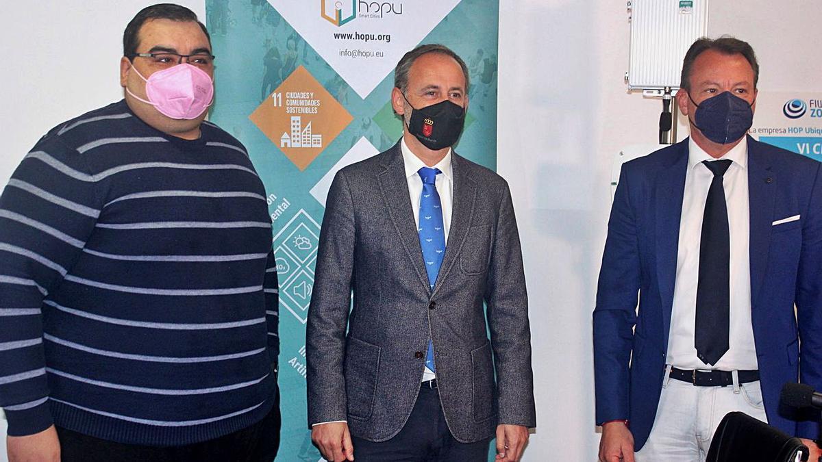 Javier Celdrán presentando el proyecto junto con el CEO de HOP y el alcalde de Ceutí. | L.O.