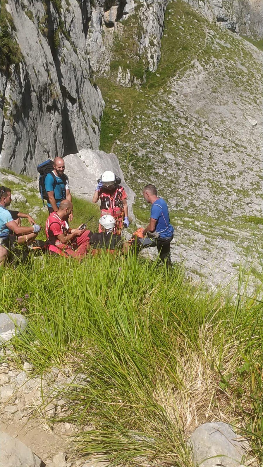 Rescatan en helicóptero a una senderista que se fracturó un tobillo tras sufrir una caída en Cabrales
