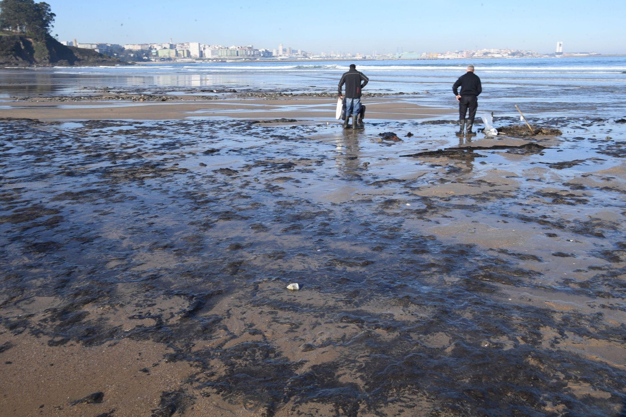 Los temporales dejan a la vista antiguos restos de fuel solidificados en la playa de Bastiagueiro