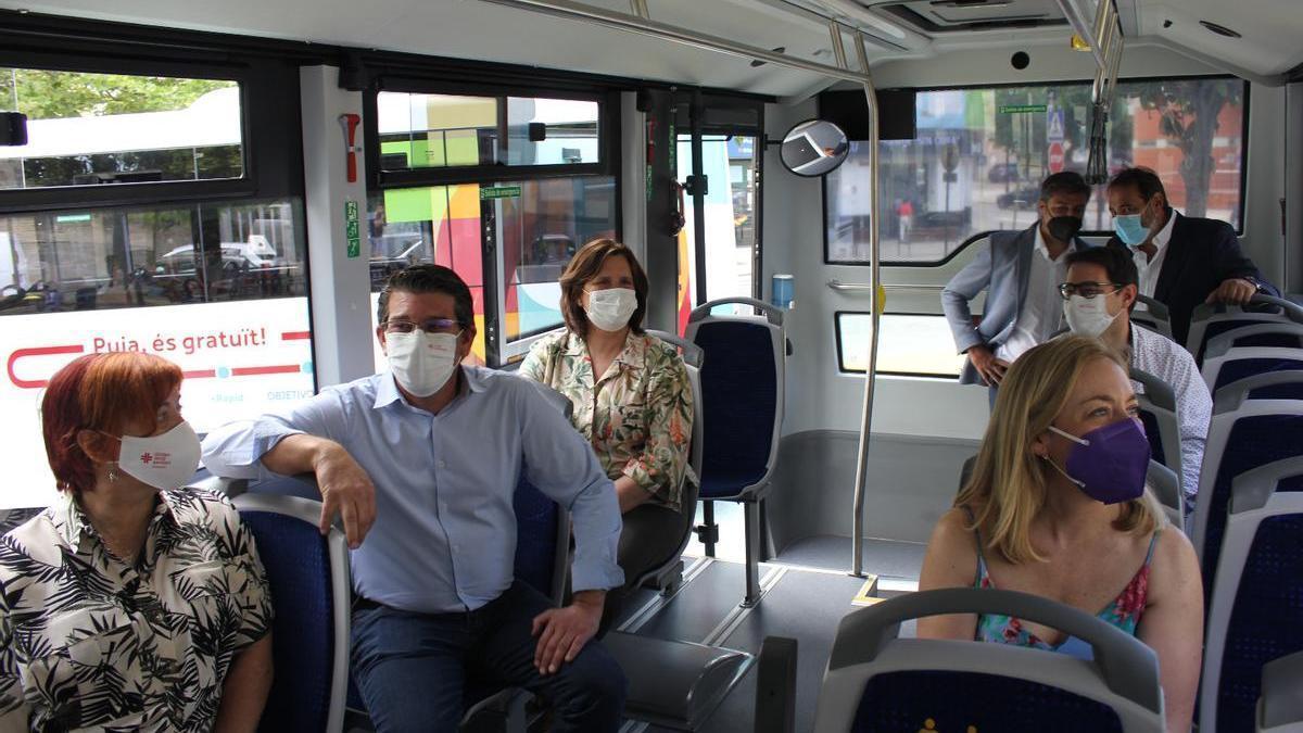 Representación del gobierno municipal ontinyentí, de Aupisa y de Incar, ayer en un autobús