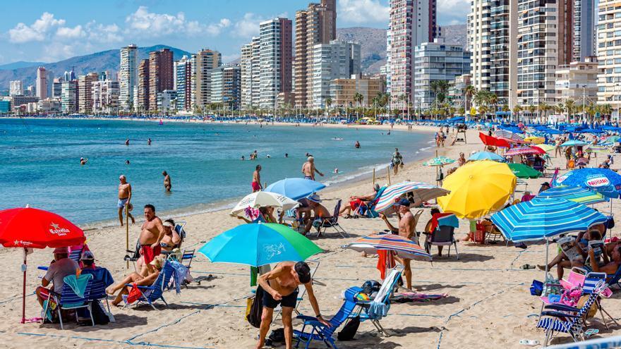 Benidorm adelanta media hora el cierre de sus playas