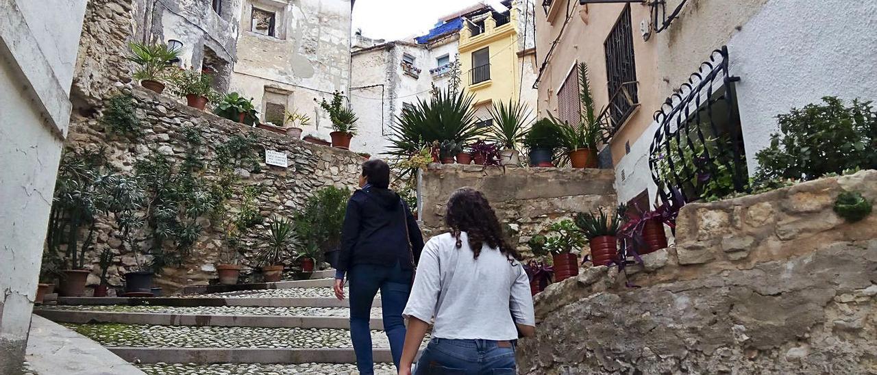 Dos transeúntes en una calle del Barri Medieval de Bocairent, en una imagen de archivo   PERALES IBORRA