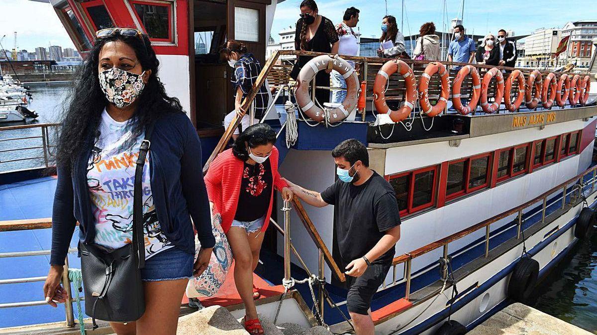 Turistas descienden del crucero turístico que va a Oleiros.