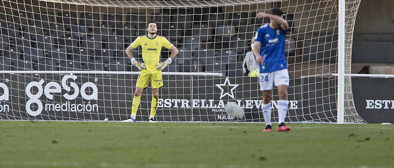 Christian Fernández se tapa la cara con el brazo con Femenías detrás, tras el segundo gol del Cartagena.   LOF