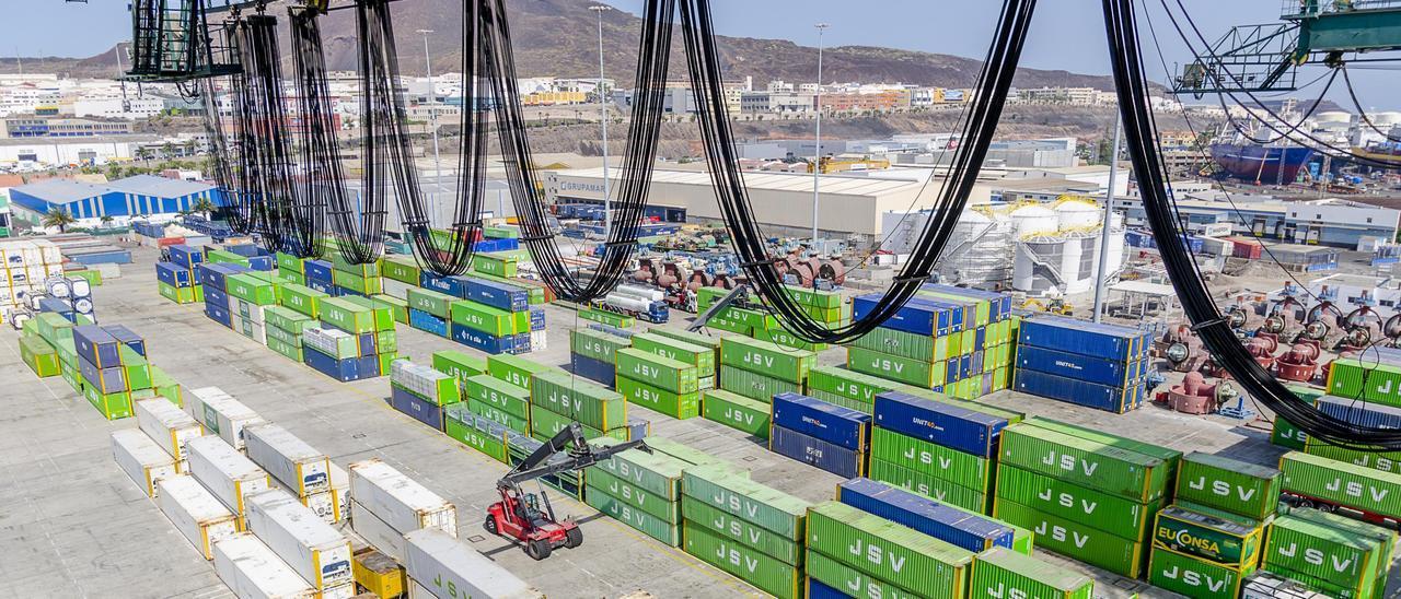 Contenedores de JSV en la terminal Gesport del Puerto de Las Palmas.