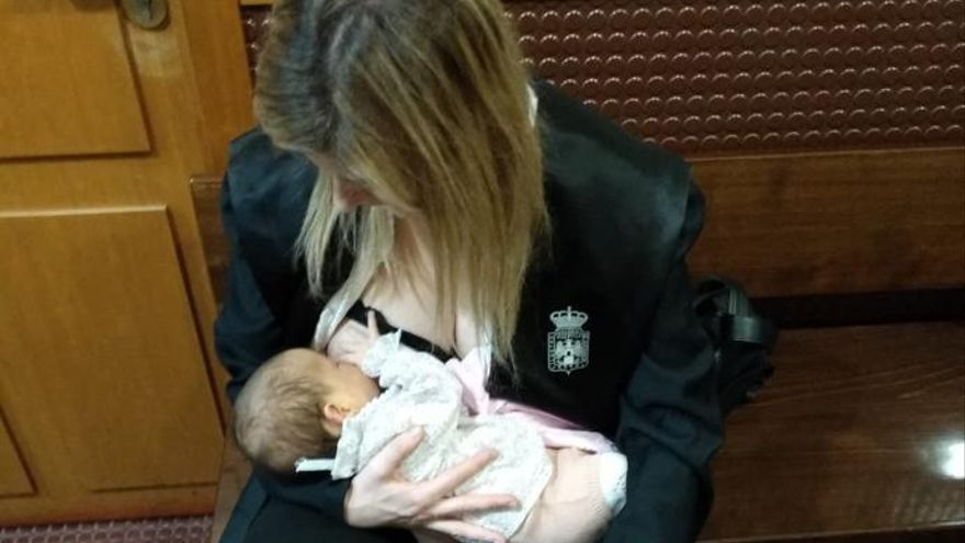 Una abogada, obligada a salir de la sala a dar el pecho a su bebé