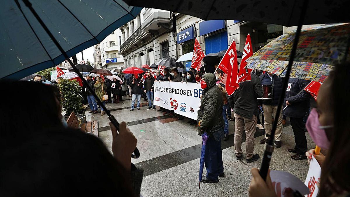 Protesta en Oviedo contra los despidos en el BBVA, 64 de ellos en Asturias | BERNABÉ VALLE / LUISMA MURIAS