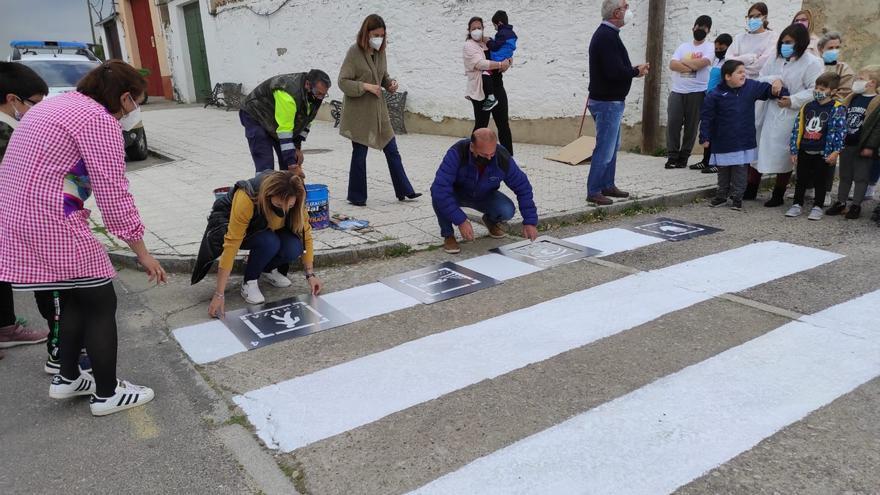 Pasos de peatones con pictogramas para niños con autismo en Garrovillas de Alconétar