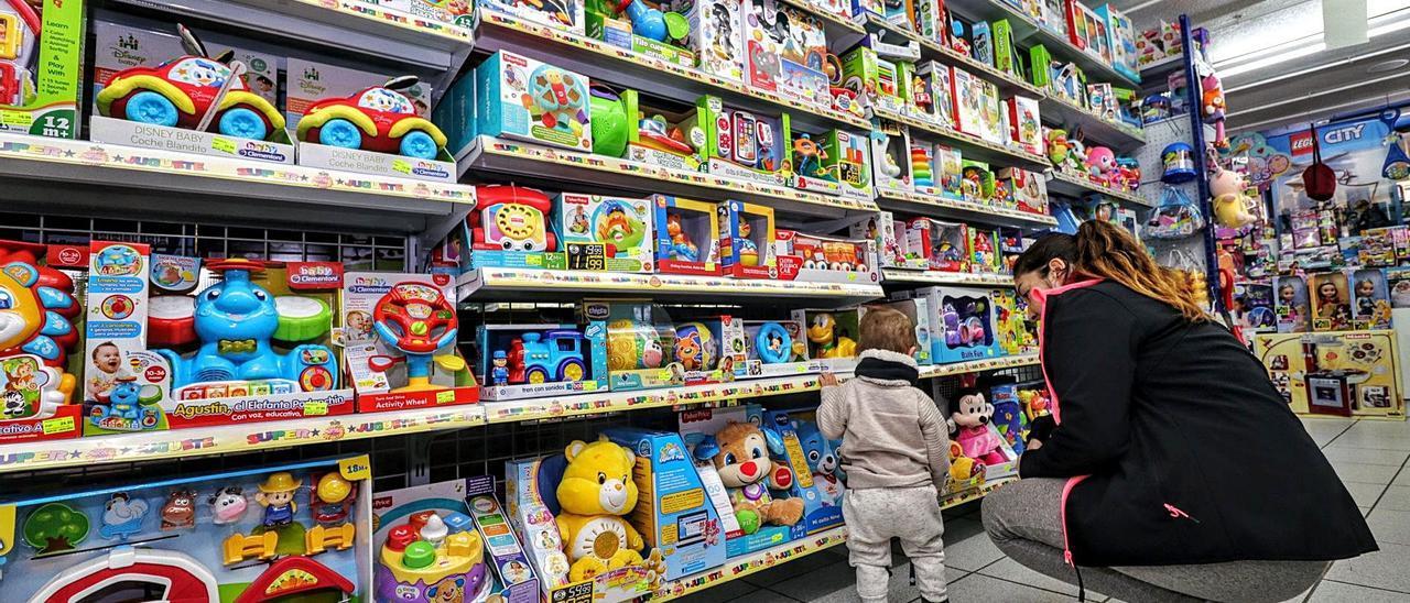 Una tienda de juguetes en la ciudad de Alcoy.    JUANI RUZ