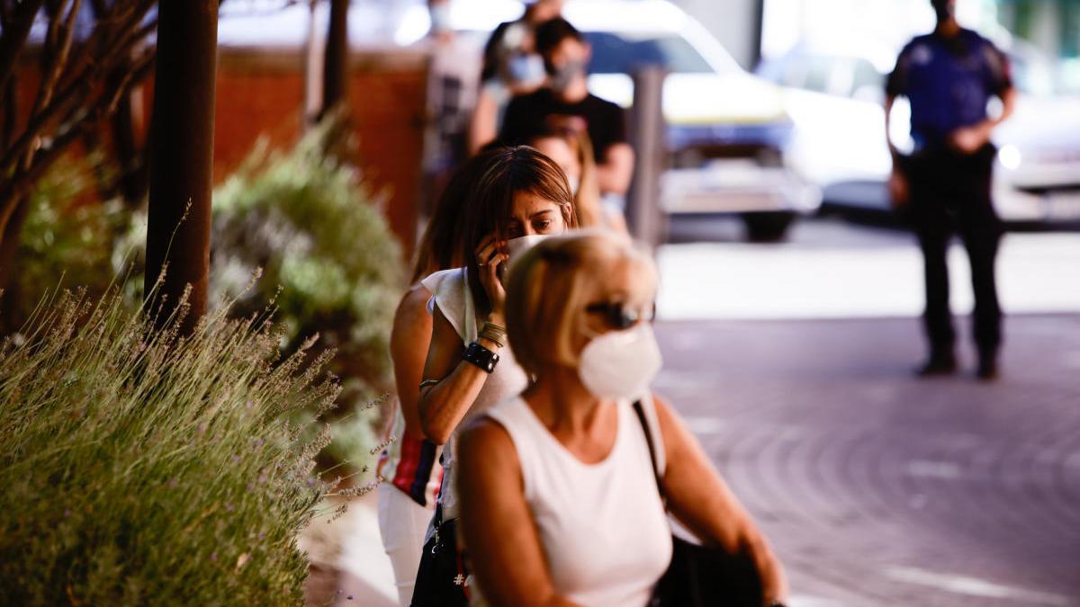 Una mujer protegida con una mascarilla