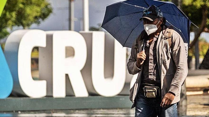 Un hombre pasea en una tarde lluviosa por Santa Cruz. | | ANDRÉS GUTIÉRREZ