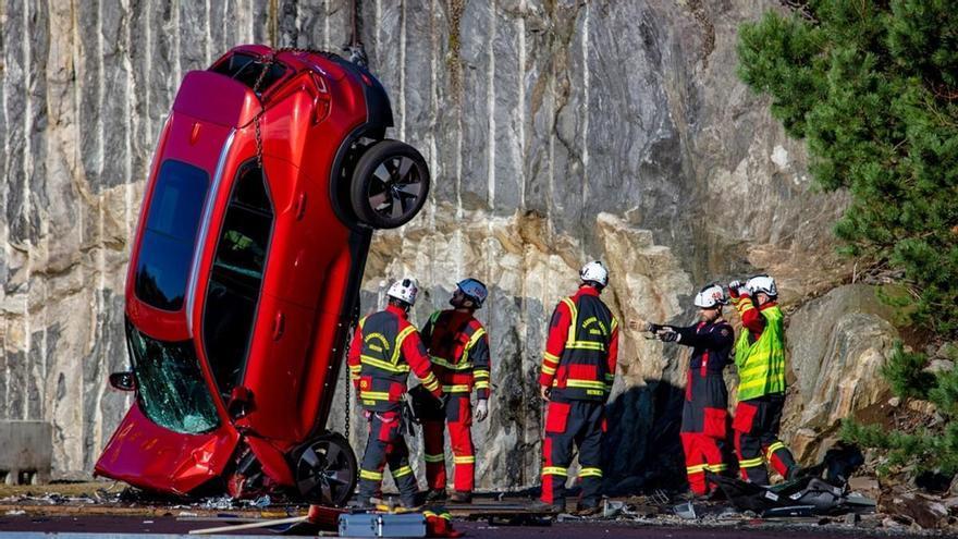 Volvo deja caer coches desde 30 metros... por seguridad