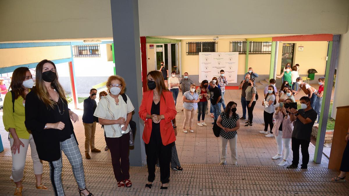 Margarita Del Val (tercera por la izquierda), a su llegada al instituto.