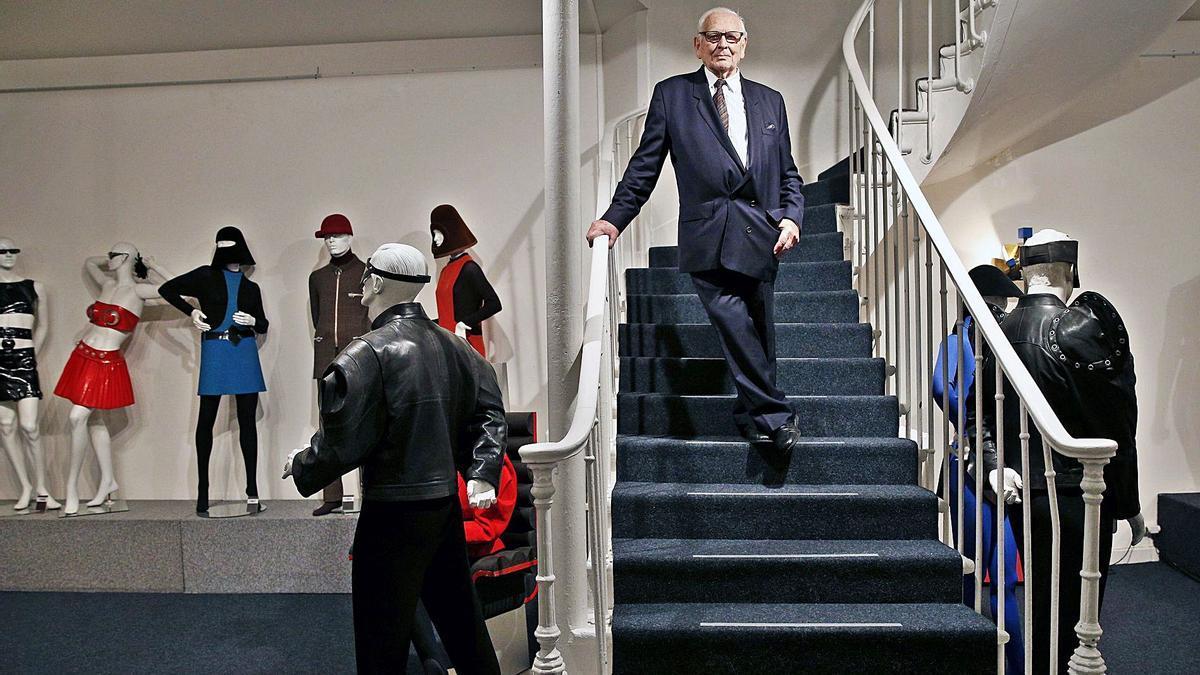 Pierre Cardin, rodeado de algunos de sus modelos futuristas para hombre y mujer. | Yoan Valat